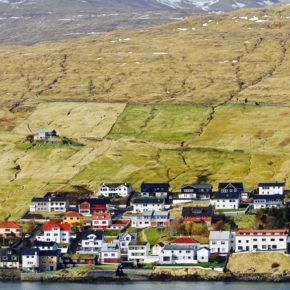 Stilhed, rå natur og brægende får på Færøerne